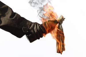 cara membuat bom Molotov cocktail
